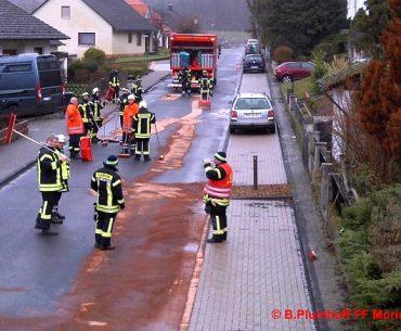 Die Feuerwehr Moringen im Ölspur-Einsatz. Foto: Björn Plumhoff