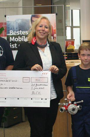 Sparkassenstiftung spendet 750 Euro an Kinderfeuerwehr Seboldshausen