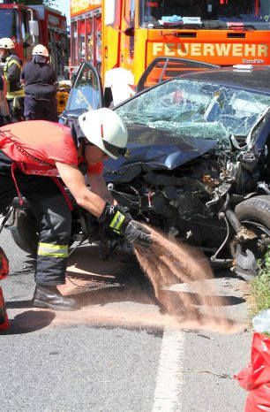Verkehrsunfall auf B3 bei Salzderhelden: Fahrer eingeklemmt