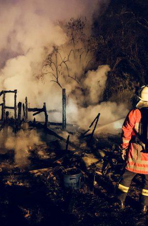 Zwei Gartenlauben in Salzderhelden in Flammen – Polizeihubschrauber im Einsatz