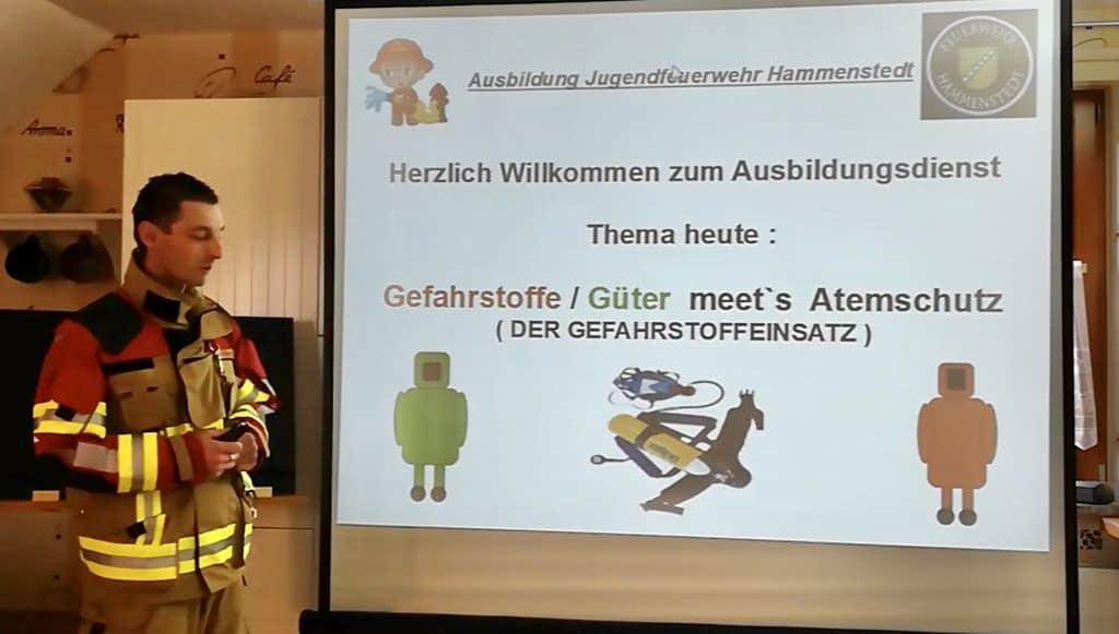 Gefahrstoffeinsätze, Funken, Eisrettung: Denis Kruse erklärt den Kindern und Jugendlichen die Unterrichtsinhalte digital.