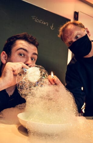 Es zischt und schäumt: Chemie-Stunde mit der Feuerwehr bei Status2