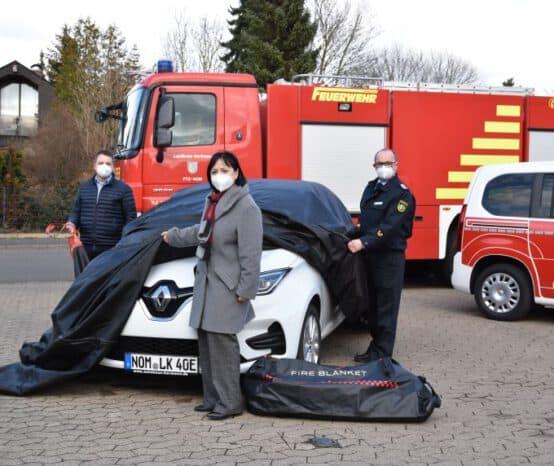 Mehr Sicherheit in Sachen E-Mobilität: Löschdecken für die Kreisfeuerwehr