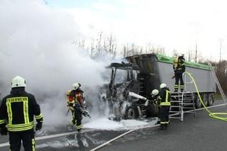 Motorbrand: Lkw auf Autobahn 7 in Flammen